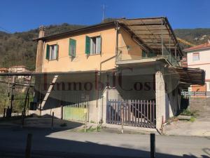 Casa indipendente con appartamento, cortile, box e labortori ad euro 110.000