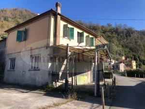 Casa indipendente con appartamento, cortile, box e labortori ad euro 115.000
