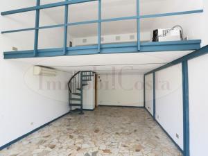 Lavagna Corso Genova 57 locale commerciale ideale uso ufficio con soppalco ad € 350